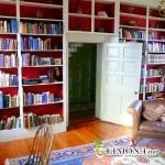 Книжные полки в интерьере загородного дома