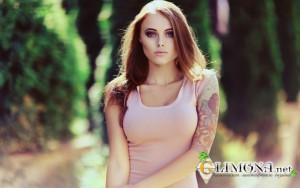 big_4396_oboi_devushka_s_tatuirovkoj_na_ruke